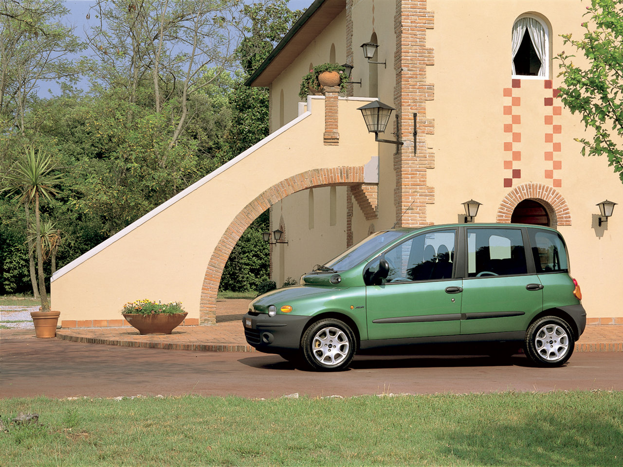 heres a pic of a fiat multipla cuz posting a pic of a. Black Bedroom Furniture Sets. Home Design Ideas