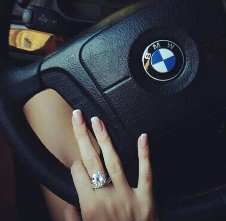 Девушка за рулём бмв фото