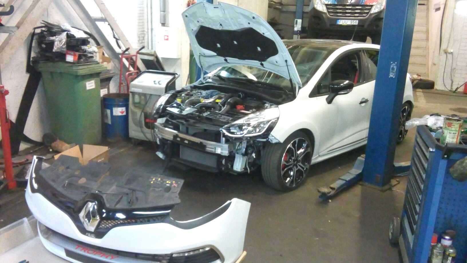 clio iv is taking shape after crash almost done we had to change windshield dashboard 2. Black Bedroom Furniture Sets. Home Design Ideas