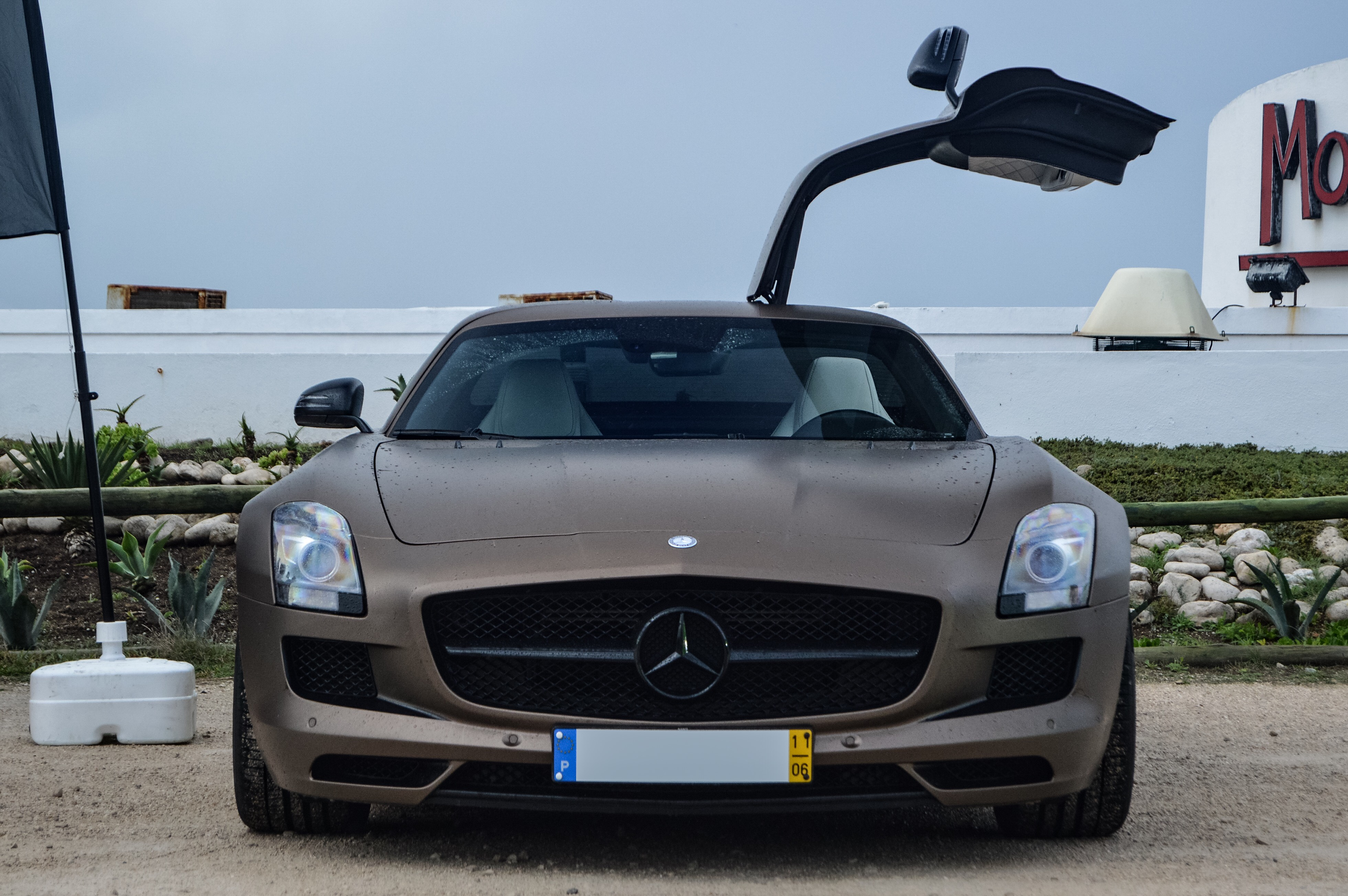 Mercedes sls amg who doesn 39 t like gull wing doors for Mercedes benz with wing doors
